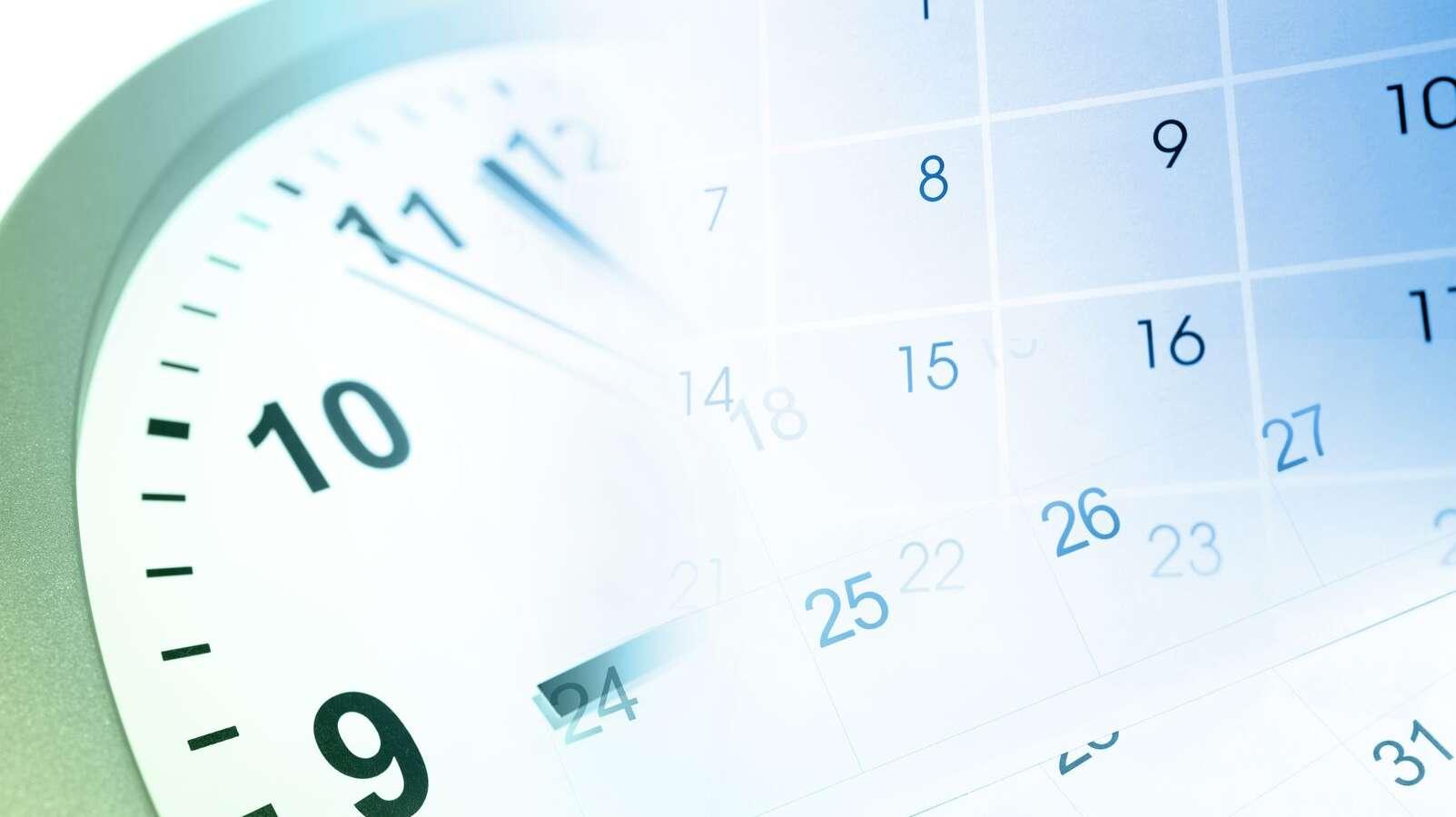 Der linke obere Teil eines Ziffernblatts und ein Ausschnitt aus einem Kalender übereinander