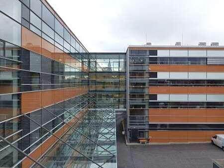 Ansicht einer Glasfassade vom Innenhof des Landesamtes für Verbraucherschutz