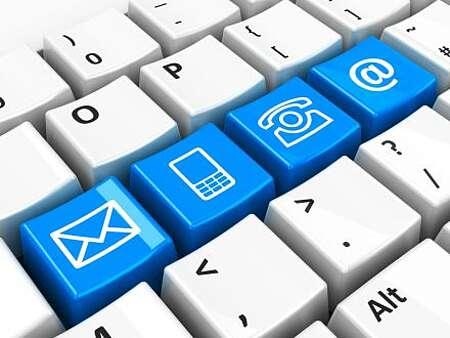 Ausschnitt aus einer Computertastatur mit weißen und blauen Tasten