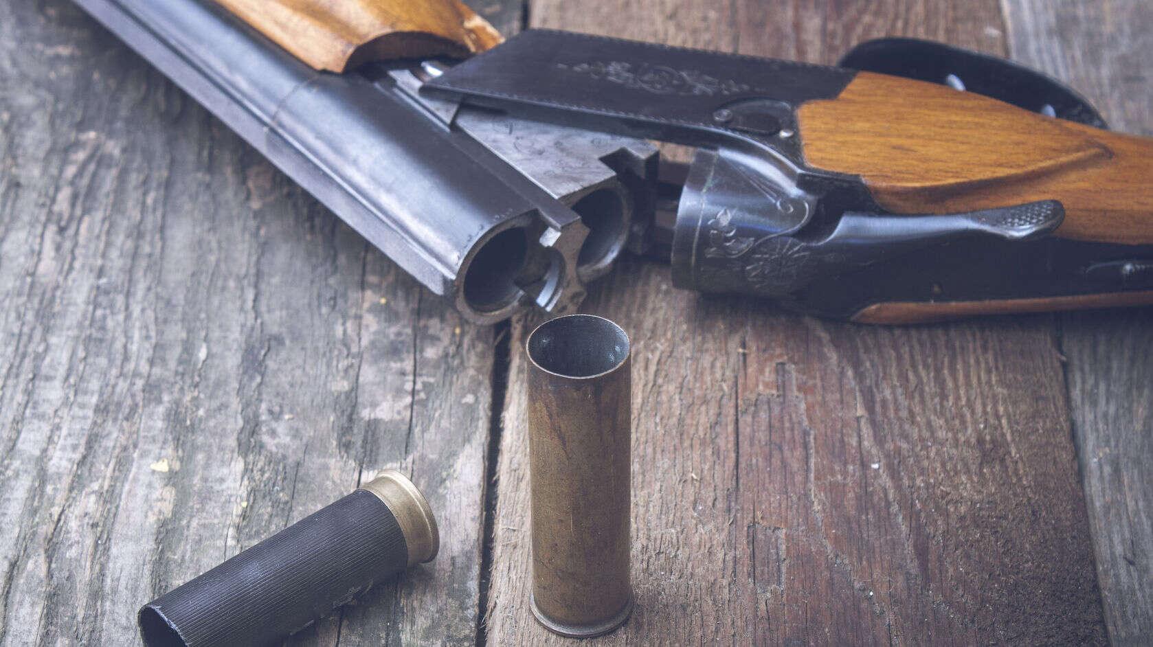 Patrone und Gewehr liegen auf einem Tisch