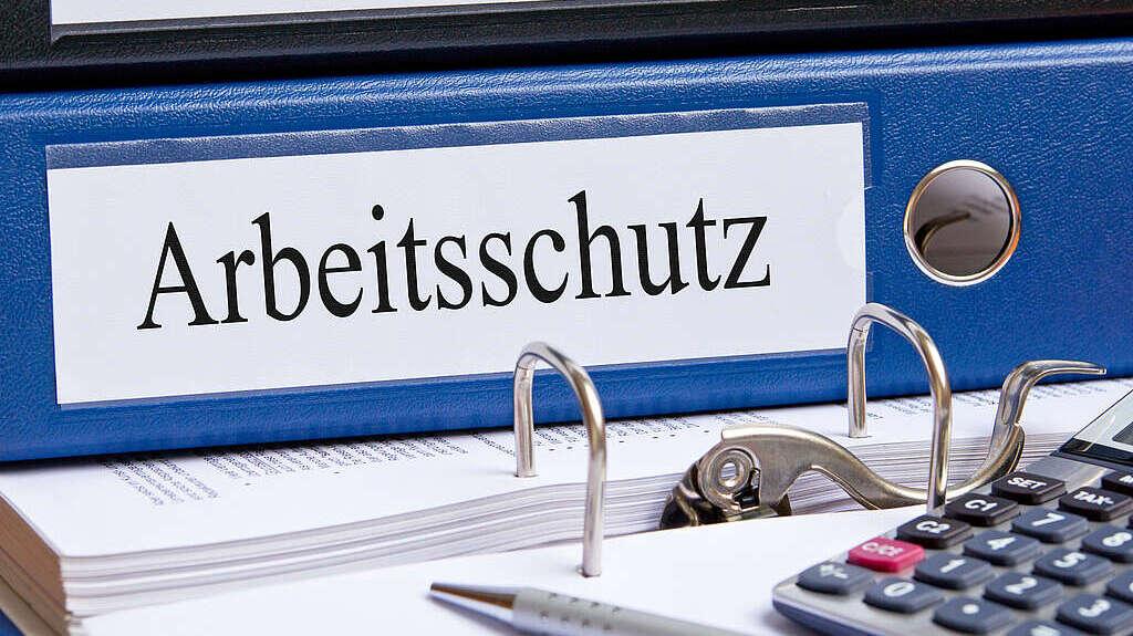 """blauer Aktenordner mit Aufschrift """"Arbeitsschutz"""""""