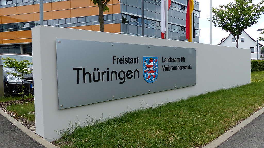 Einfahrt und Beschilderung am Dienstgebäude in Bad Langensalza