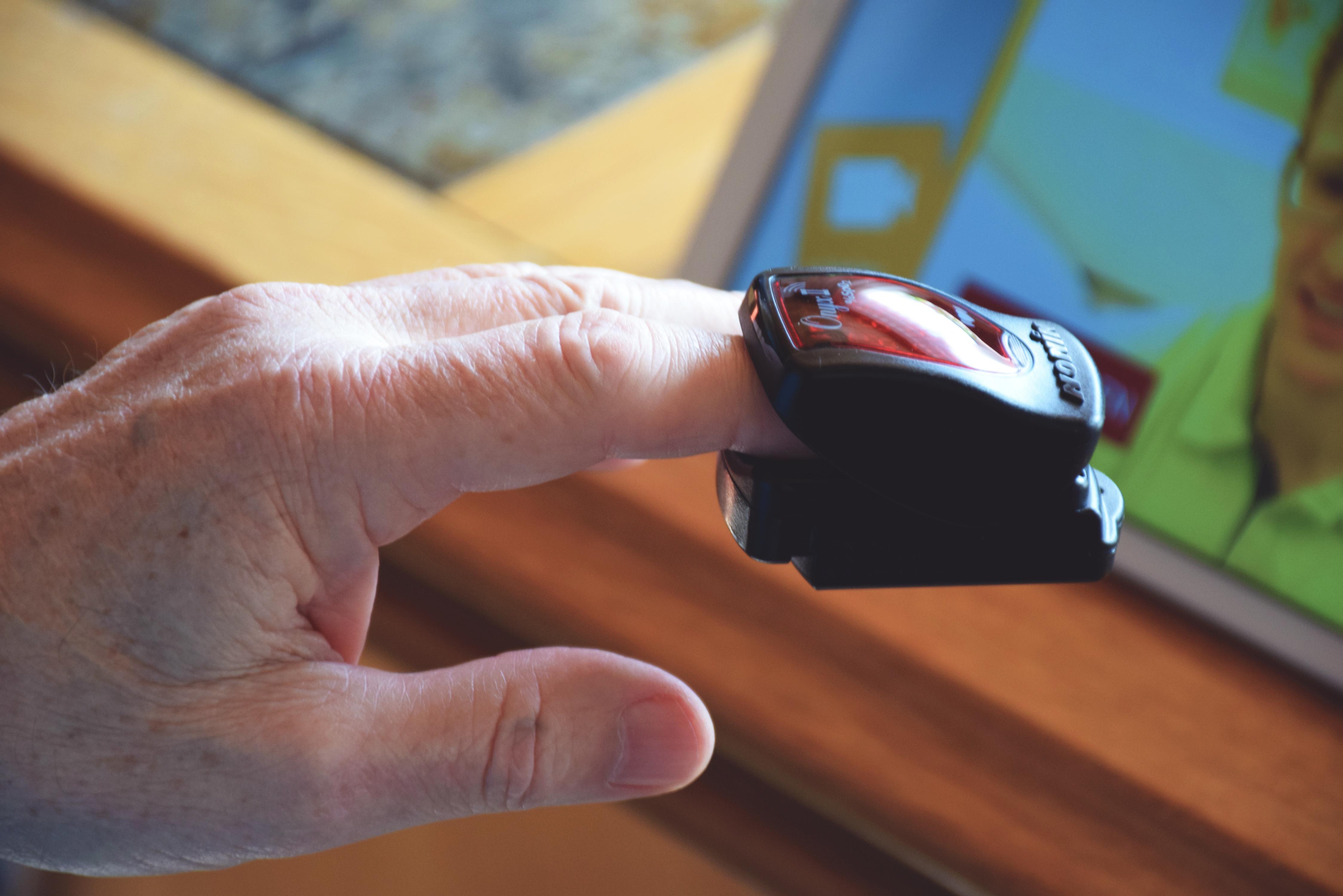 Ein medizinisches Messgerät ist auf einem Finger geklemmt